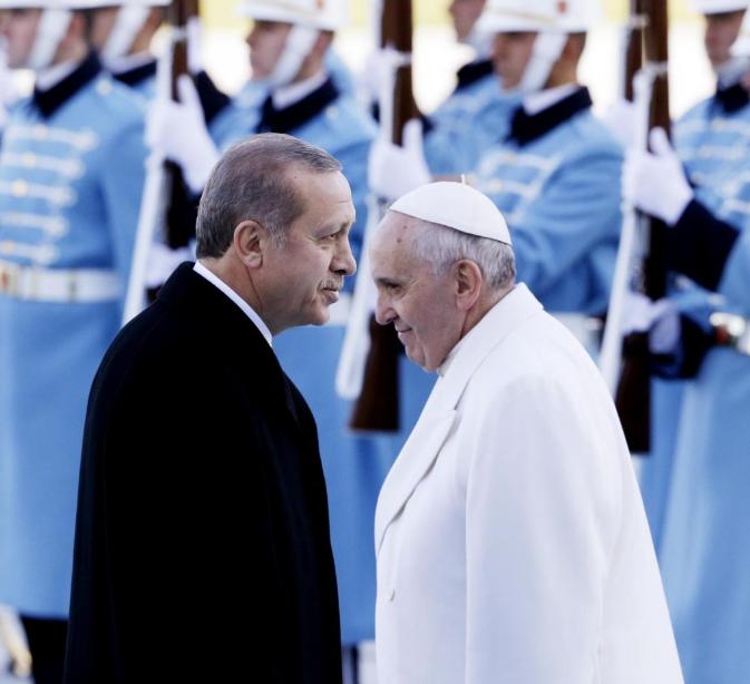 Basta polemiche su Papa Francesco. Parla Introvigne