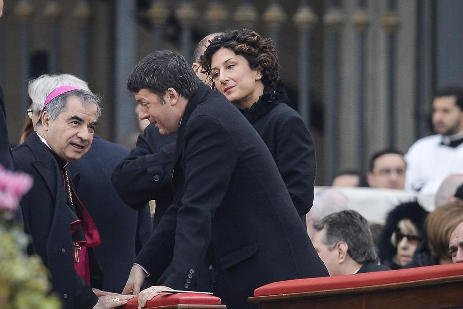 Giovanni Angelo Becciu con Matteo e Agnese Renzi