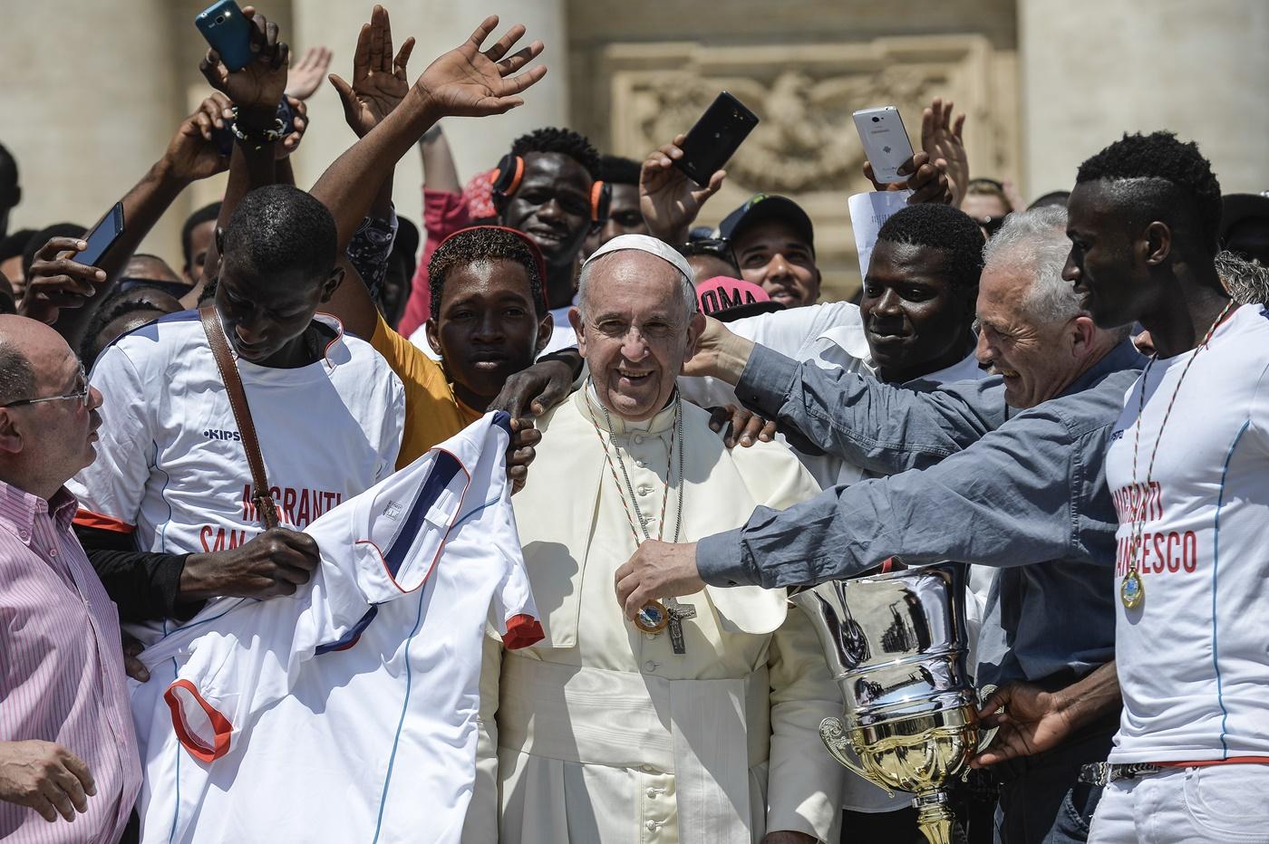 Papa Francesco con un gruppo di immigrati della diocesi di Siena