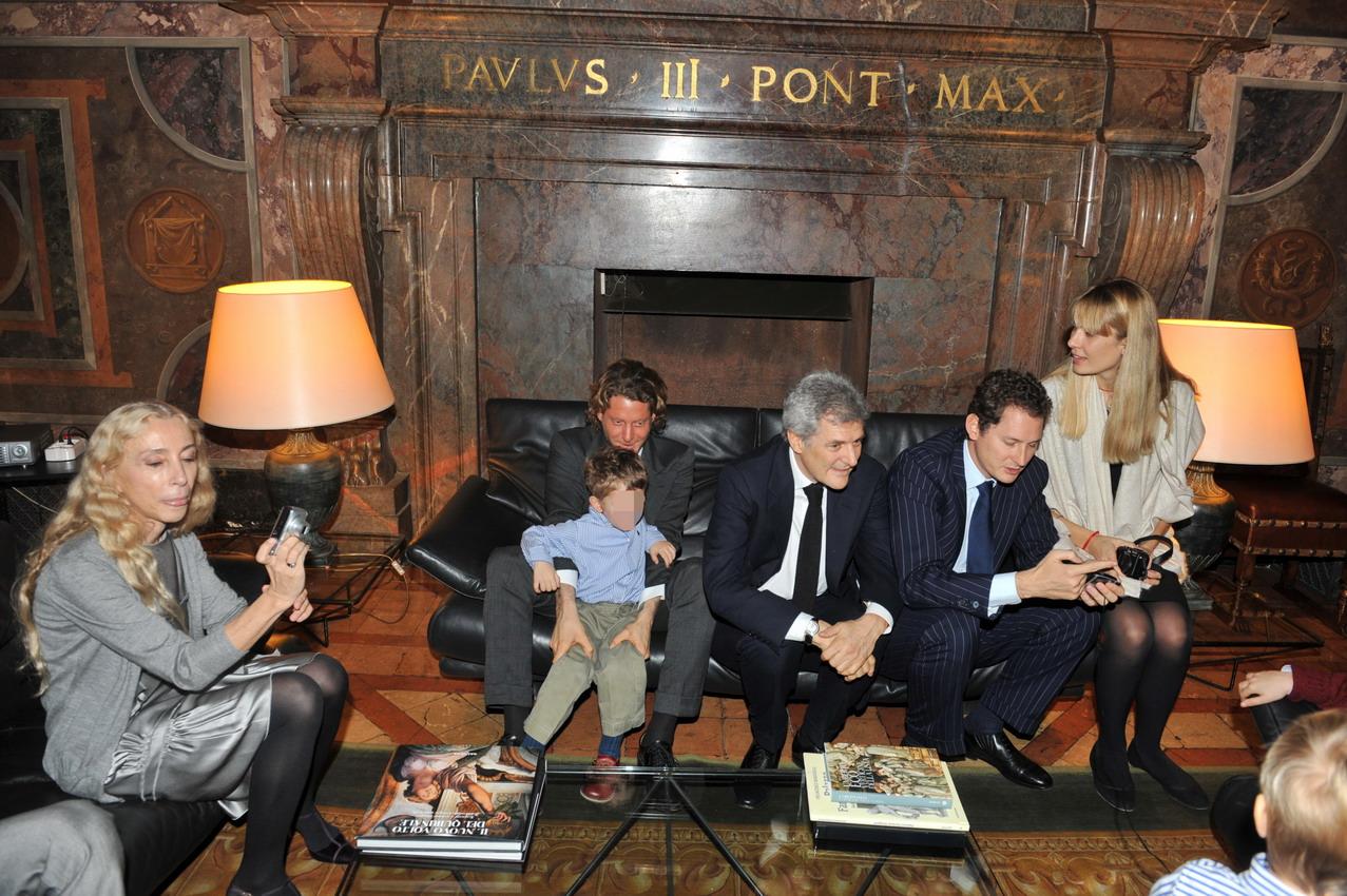 La famiglia Elkann con Franca Sozzani e Lavinia Borromeo