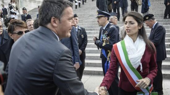 Virginia Raggi con Matteo Renzi alla festa delle Forze Armate