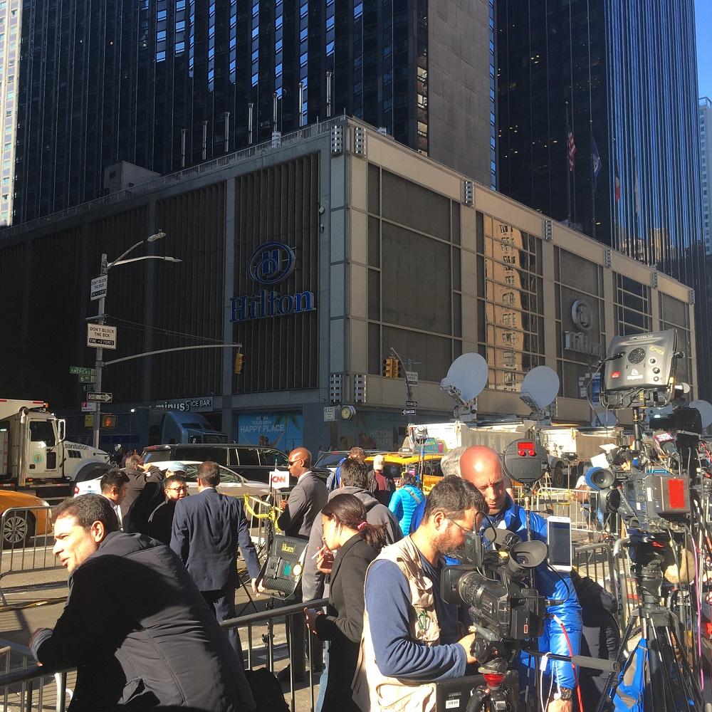 Donald Trump lascia fuori giornalisti (e volontari) stranieri