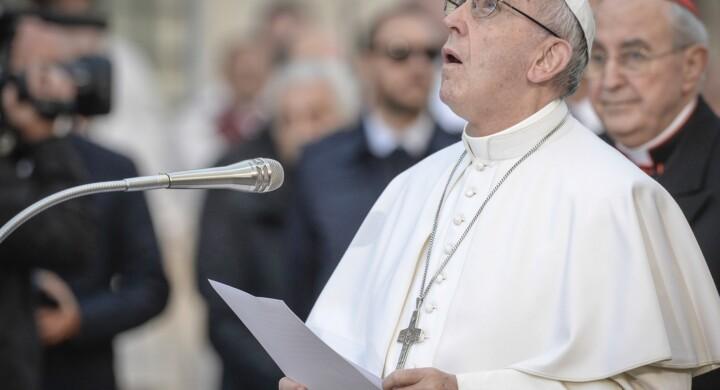 Dietro i manifesti anti Papa Francesco c'è il nulla della politica romana