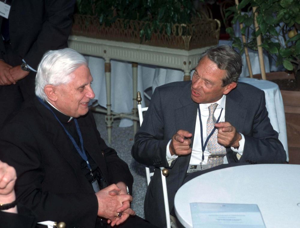 Joseph Ratzinger e Joaquin Navarro Valls (2001)