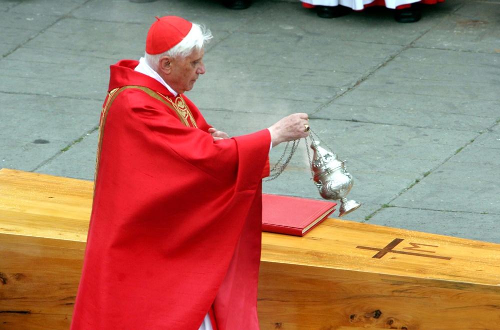 Joseph Ratzinger ai funerali di Giovanni Paolo II (2005)