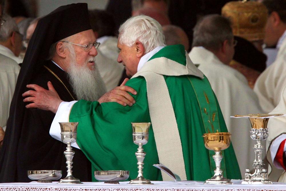Benedetto XVI con il patriarca di Costantinopoli Bartolomeo I a Napoli (2007)
