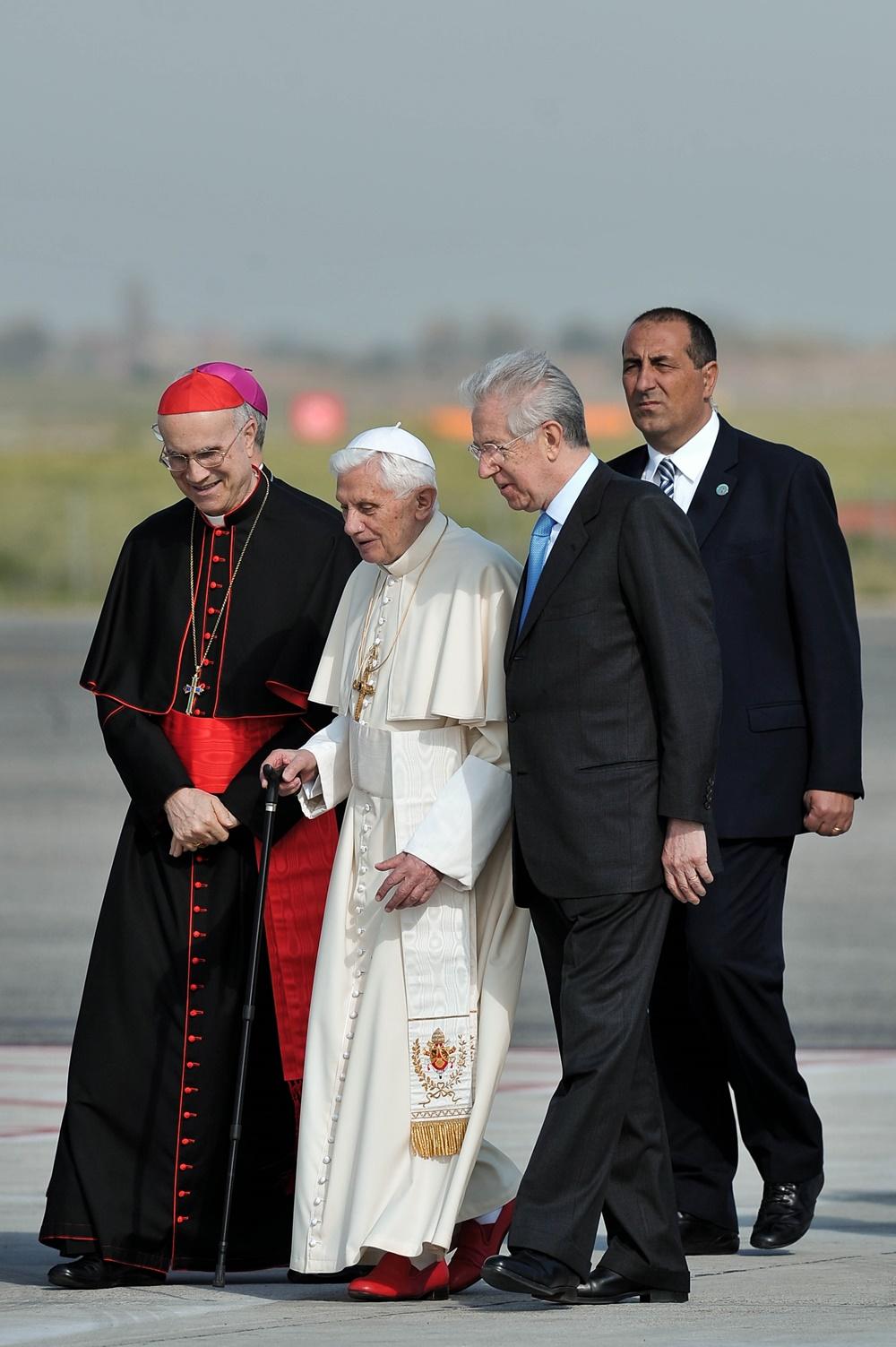 Benedetto XVI con Tarcisio Bertone e Mario Monti (2012)