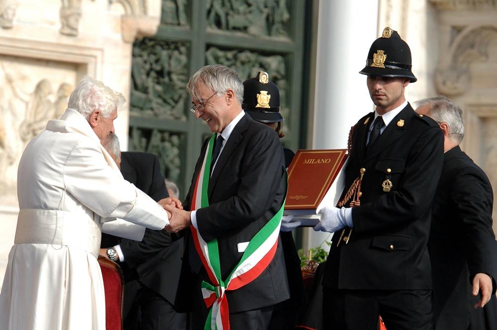 Benedetto XVI con Giuliano Pisapia durante la visita a Milano (2012)