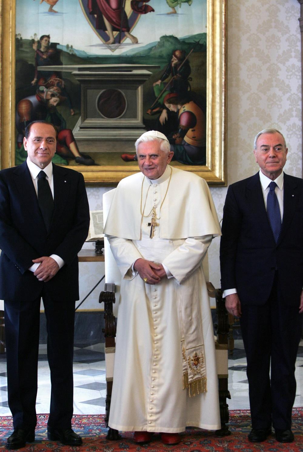 Benedetto XVI riceve in visita Silvio Berlusconi e Gianni Letta (2005)