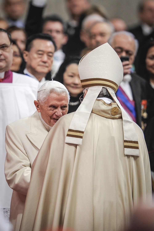 Il saluto tra Papa Francesco e Joseph Ratzinger (2015)