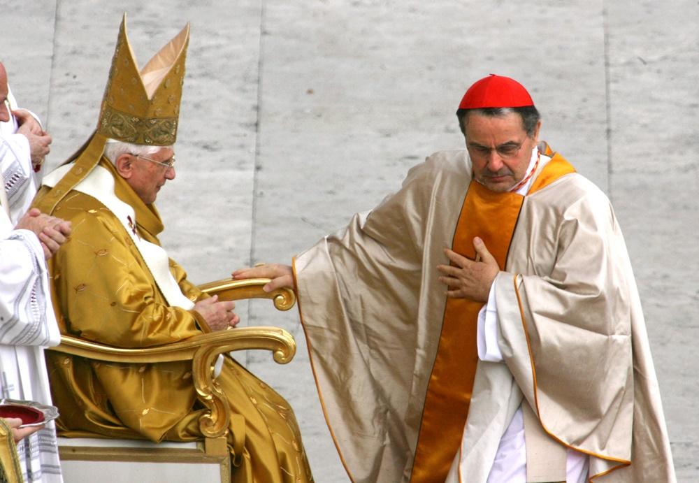 Benedetto XVI e Carlo Caffarra durante il Concistoro del 2006