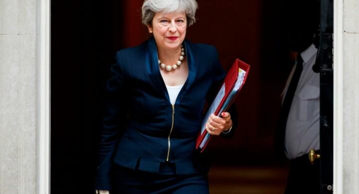 Theresa May stringe sui migranti, la Commissione europea borbotta