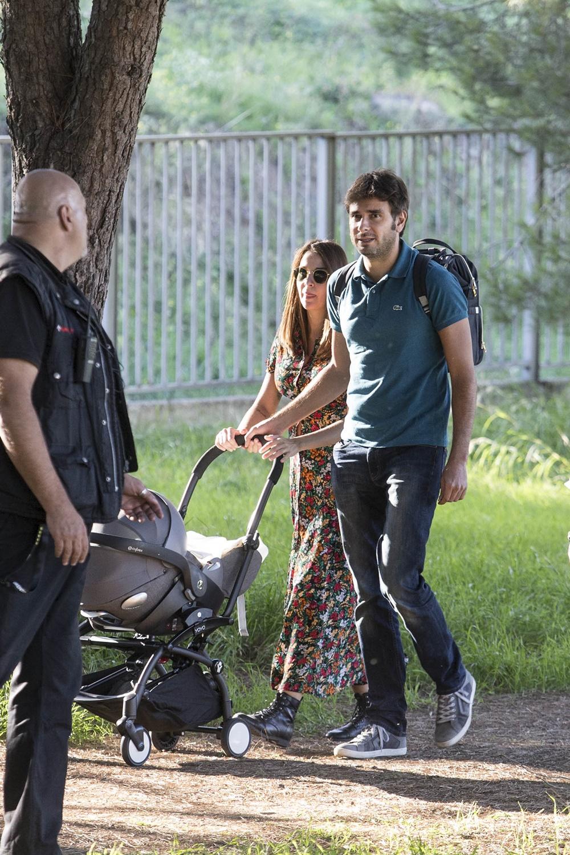 Alessandro Di Battista con la compagna Sahra e il figlio Andrea