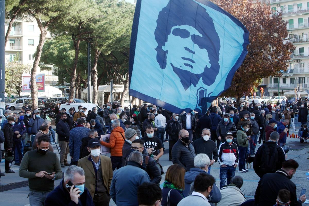 Napoli piange Maradona. Tutte le foto