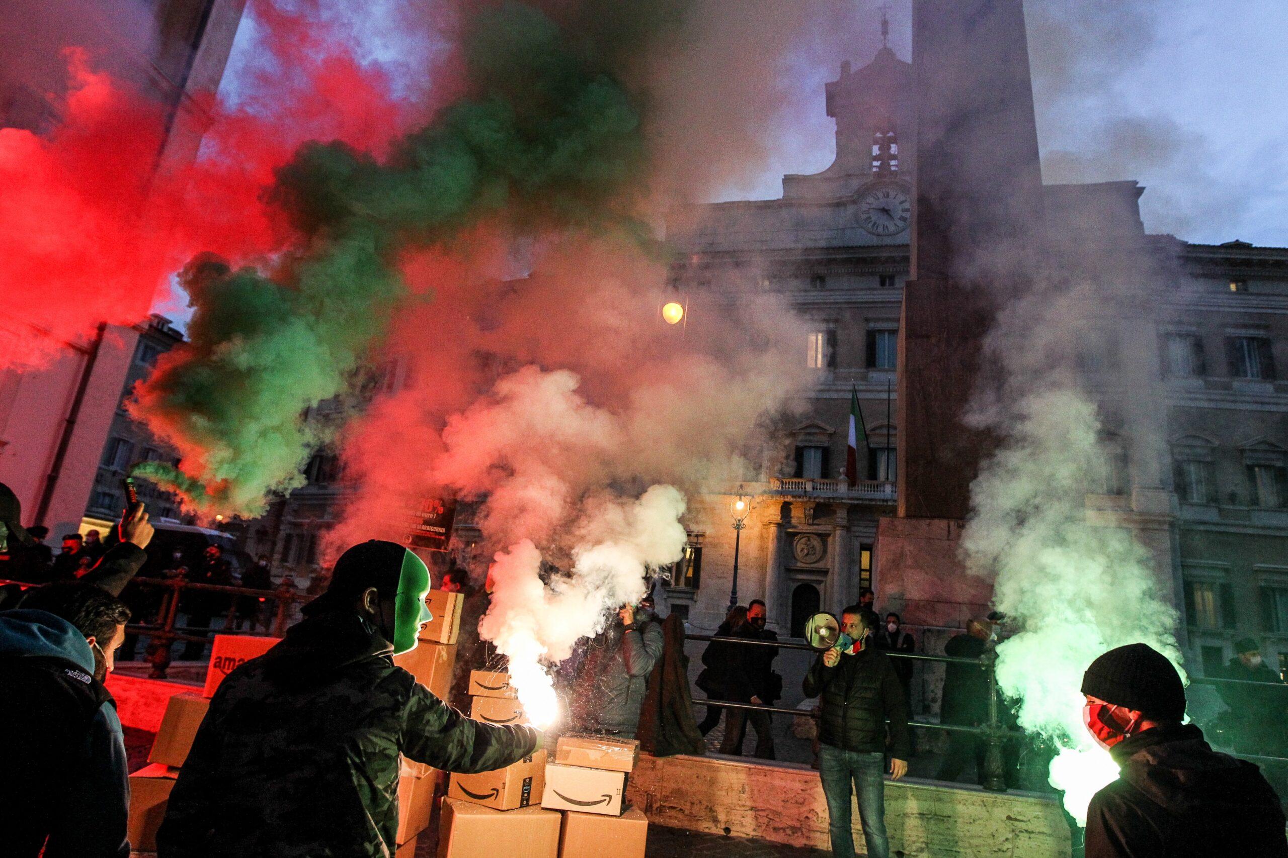 Il black friday delle mascherine tricolore contro Amazon. Le foto