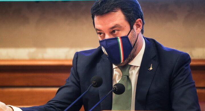 """Salvini getta la mascherina (di Trump). Meloni: """"Non sono la sciamana d'Italia"""""""