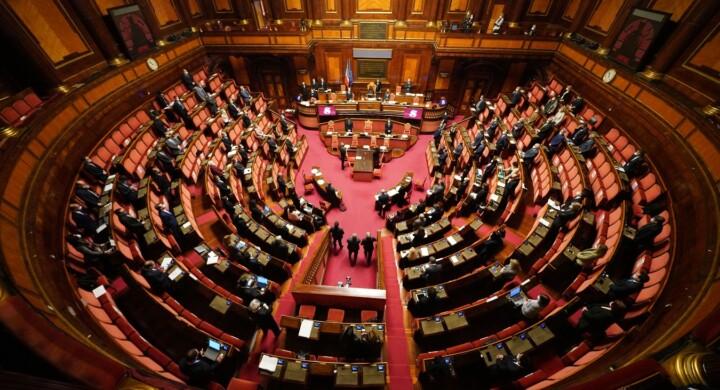 La fusione a freddo dei partiti mette a rischio la democrazia. Scrive Pasquino