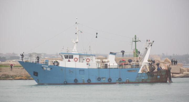 Cosa c'entrano i gamberi rossi con gli spari contro i pescatori italiani
