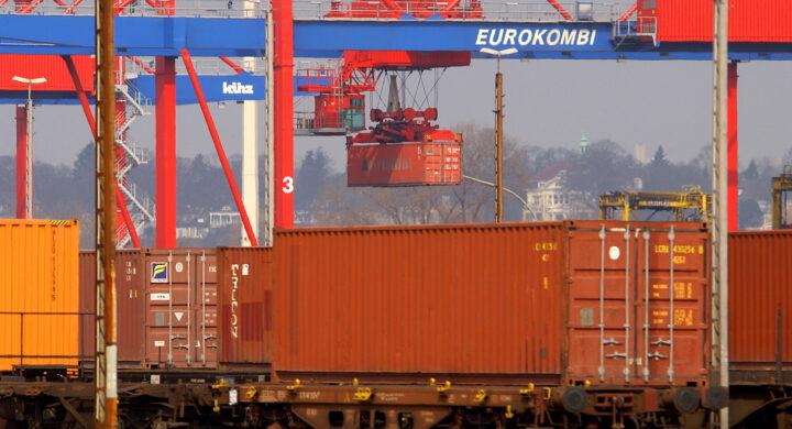 Il colosso cinese Cosco entra nel porto di Amburgo. E Merkel chiude un occhio