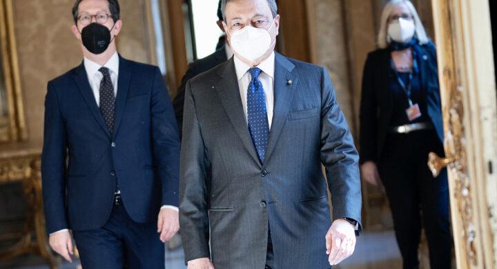 Quel doppio passo di Draghi per dribblare i partiti. Scrive Pasquino