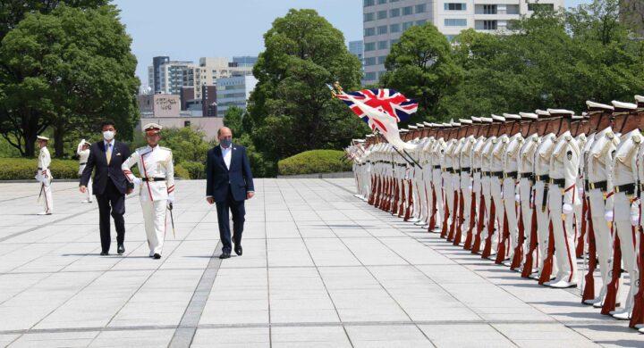 Londra schiera due navi da guerra in acque asiatiche. Patto con Tokyo