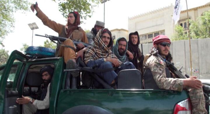 Kalashnikov e Twitter, ecco l'operazione mediatica dei talebani