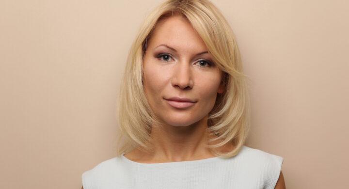 Chi è Alyona Popova, l'attivista contro i femminicidi che sogna la Duma