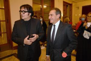 Renato Zero alla prima di Giovanna d'Arco. Le foto dal Teatro dell'Opera firmate Pizzi